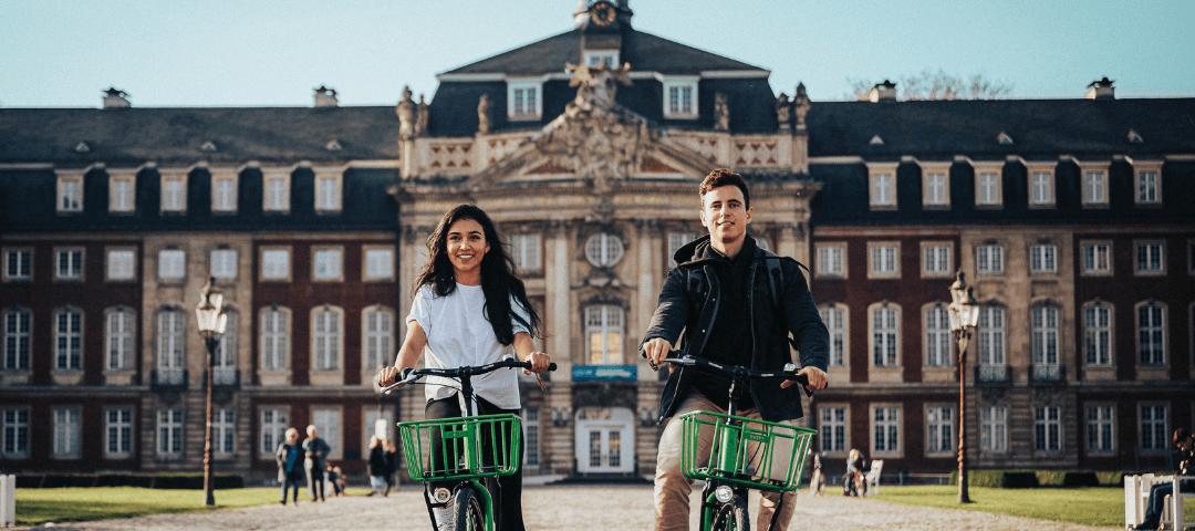 Découverte du patrimoine par deux jeunes à vélo